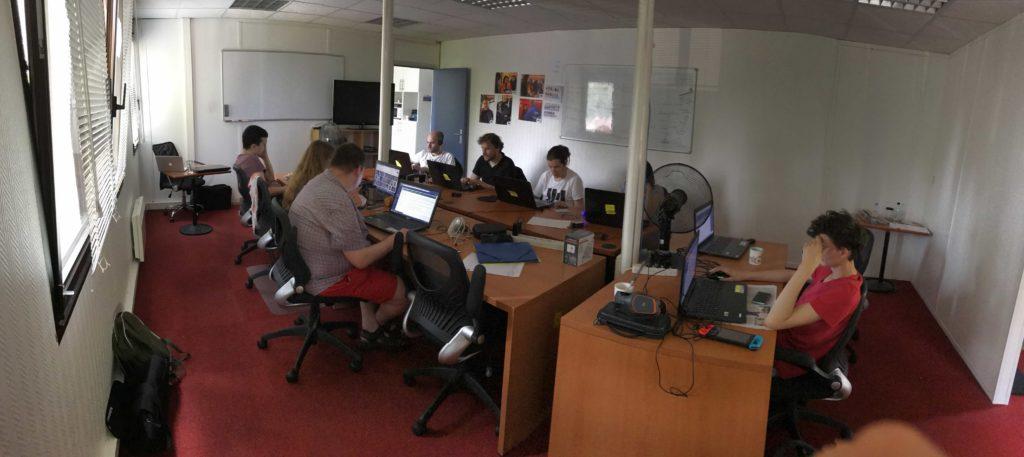 Photo panoramique de la salle de formation avec les autistes Asperger